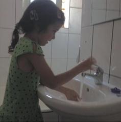 la petite fille et l'eau